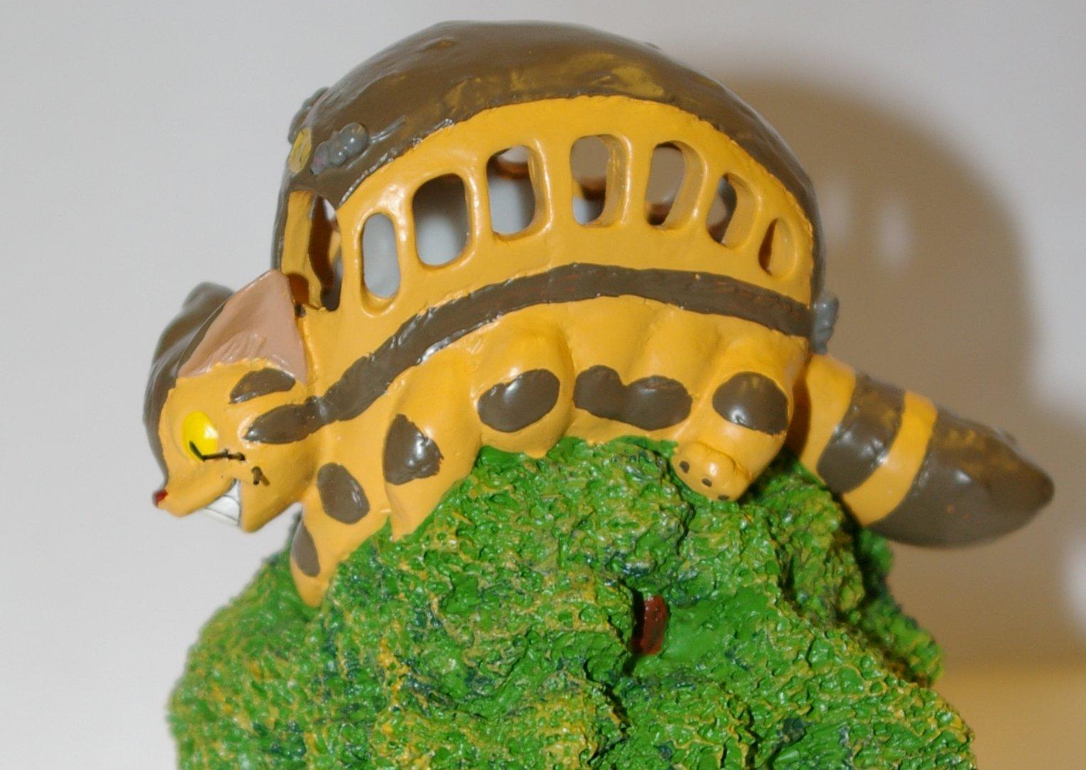 Gros plan sur le Nekobus, détail de la lampe de chevet Totoro
