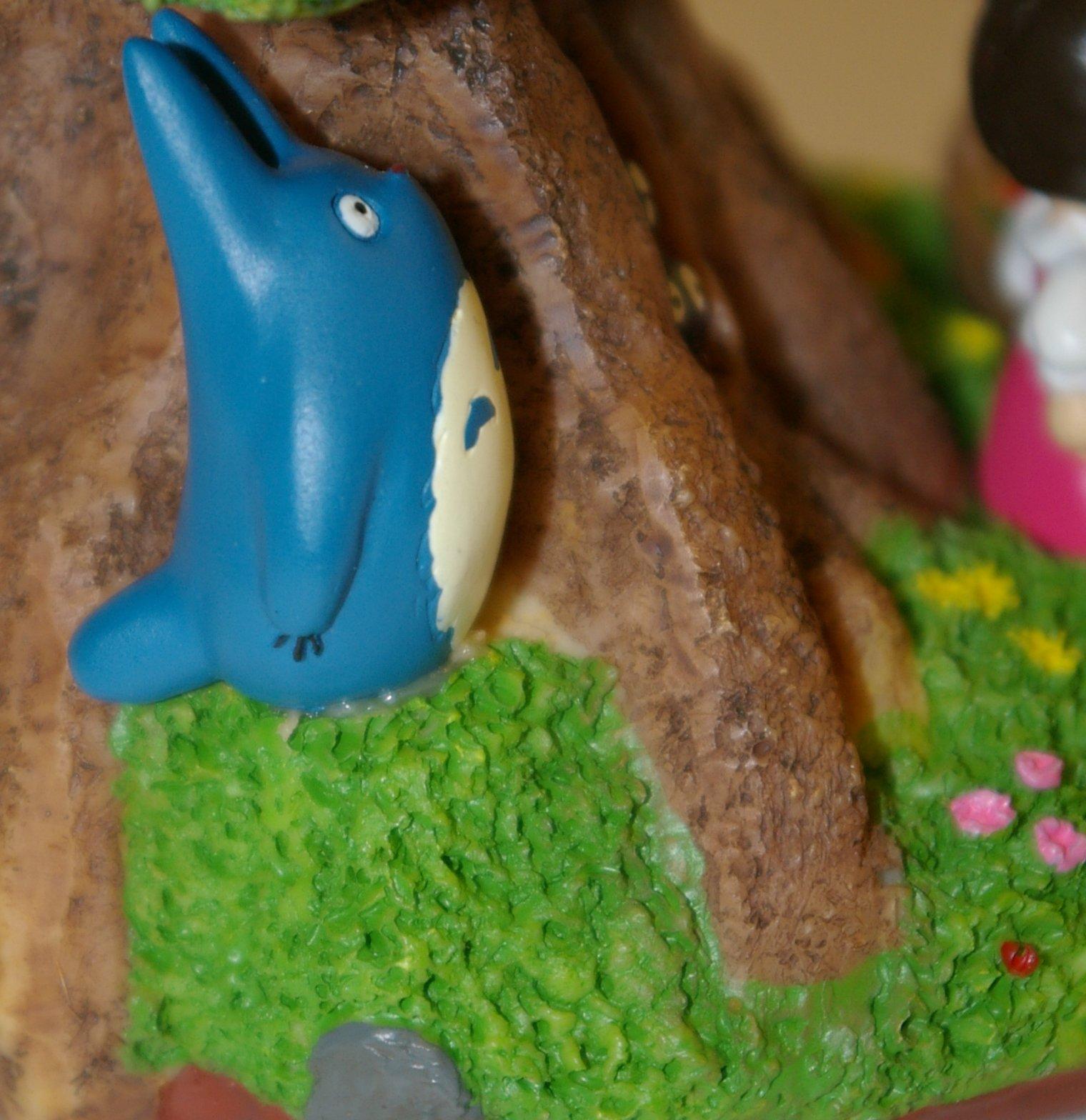 Gros plan sur un petit Totoro détail de la lampe de chevet Totoro