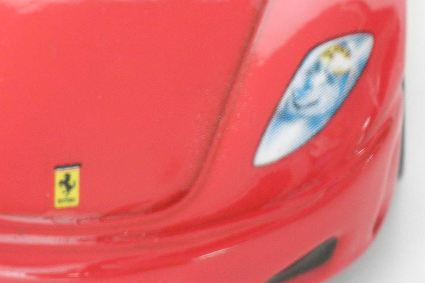 le logo Ferrari du capot est de travers.