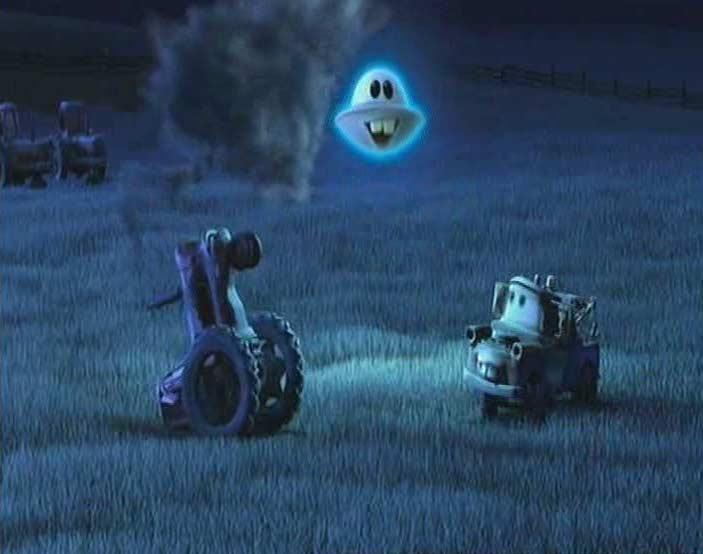 Martin montre à Marteau comment faire basculer un tracteur (Cars Toon - Pixar)