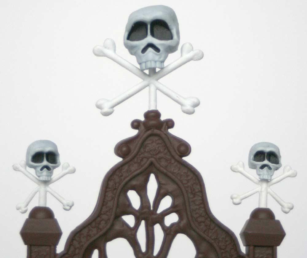 D'après l'illustration, seul le crane central devrait avoir des os croisé. On remarque aussi que le blanc des os est plus clair que le blanc des crânes