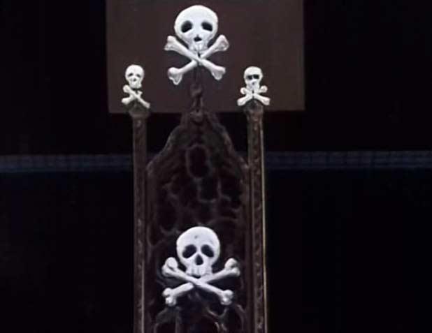 A l'épisode 29 d'Albator 78, on voit que le dossier du poste de pilotage correspond à celui de la figurine