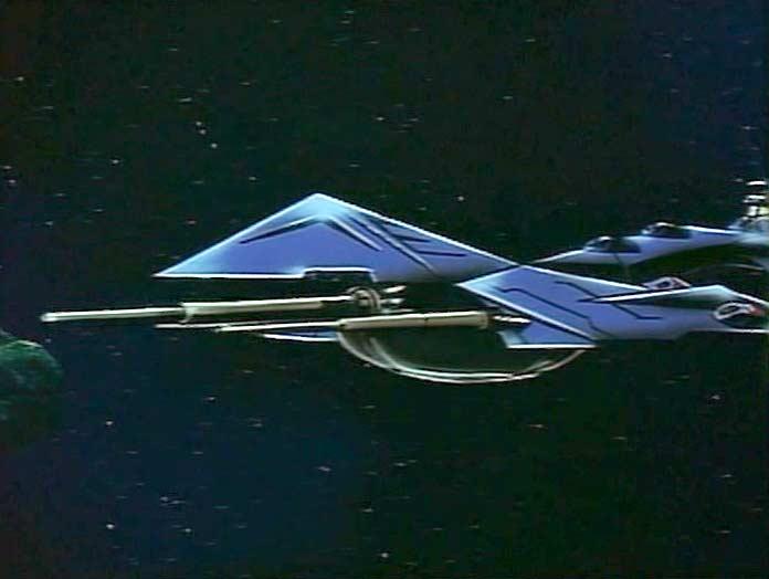 Un vaisseau inconnu attaque l'Arcadia