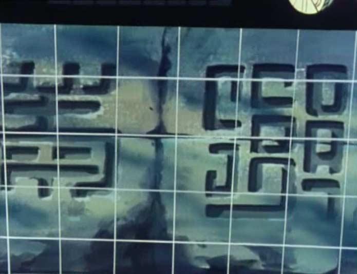 Des inscriptions précolombiennes identiques à celle de la spère noire sont gravées sur la pyramide