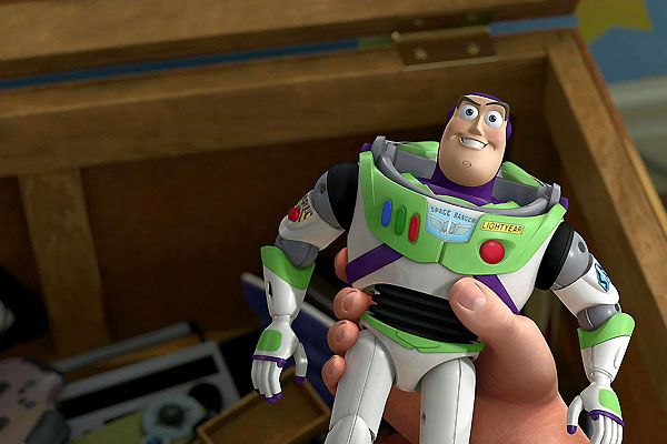 Andy regarde Buzz sans prouver la moindre motion (Toy Story 3 - Pixar)