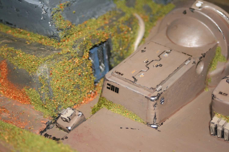 le packaging de la souris sans fil a été complété par des rabios de tank Prédator pour ajouter des détails qui crédibilisent le décor (Décor Warhammer)