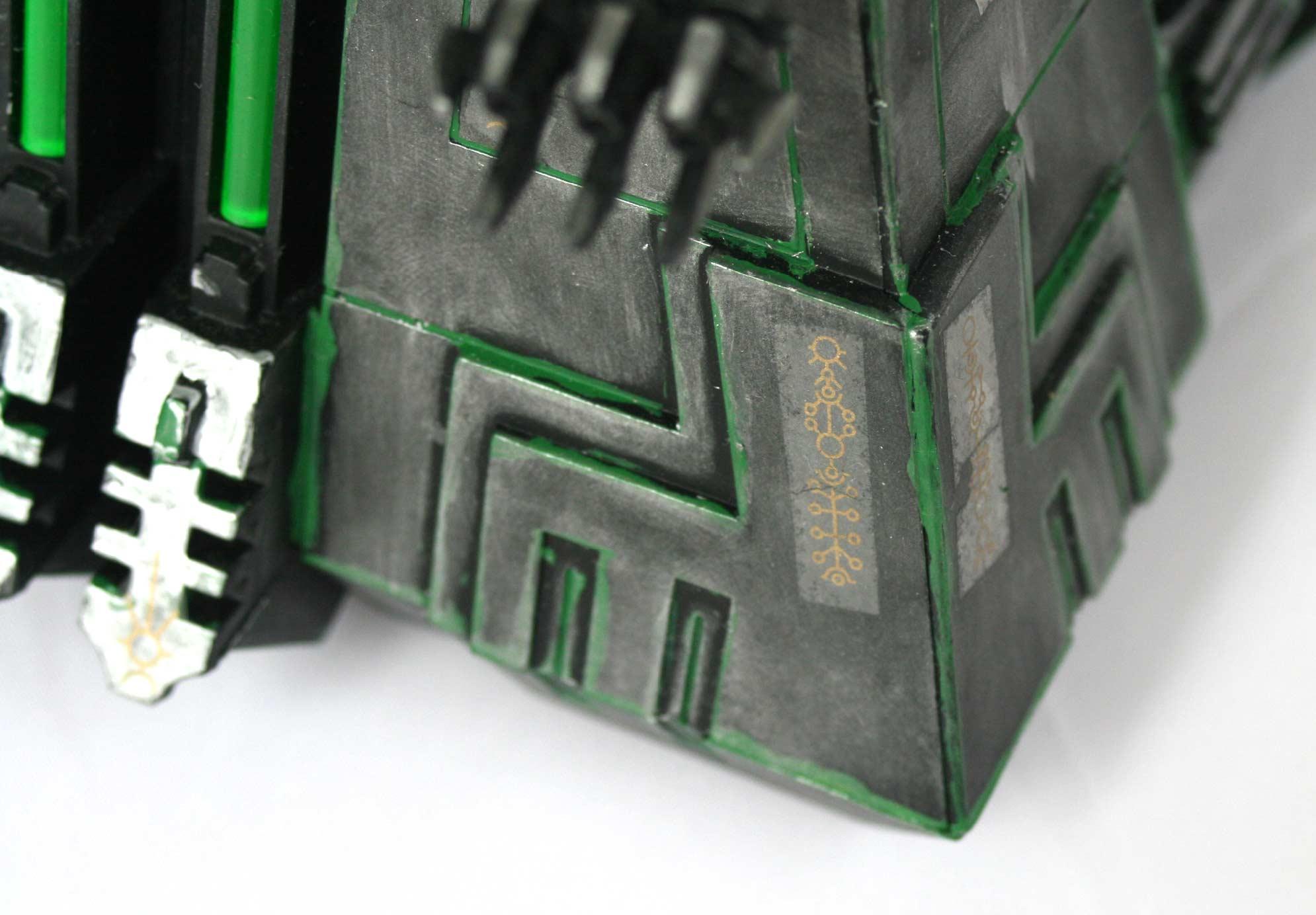 Il est difficile de faire un joint propre entre les parois du Monolithe (Warhammer 40.000)
