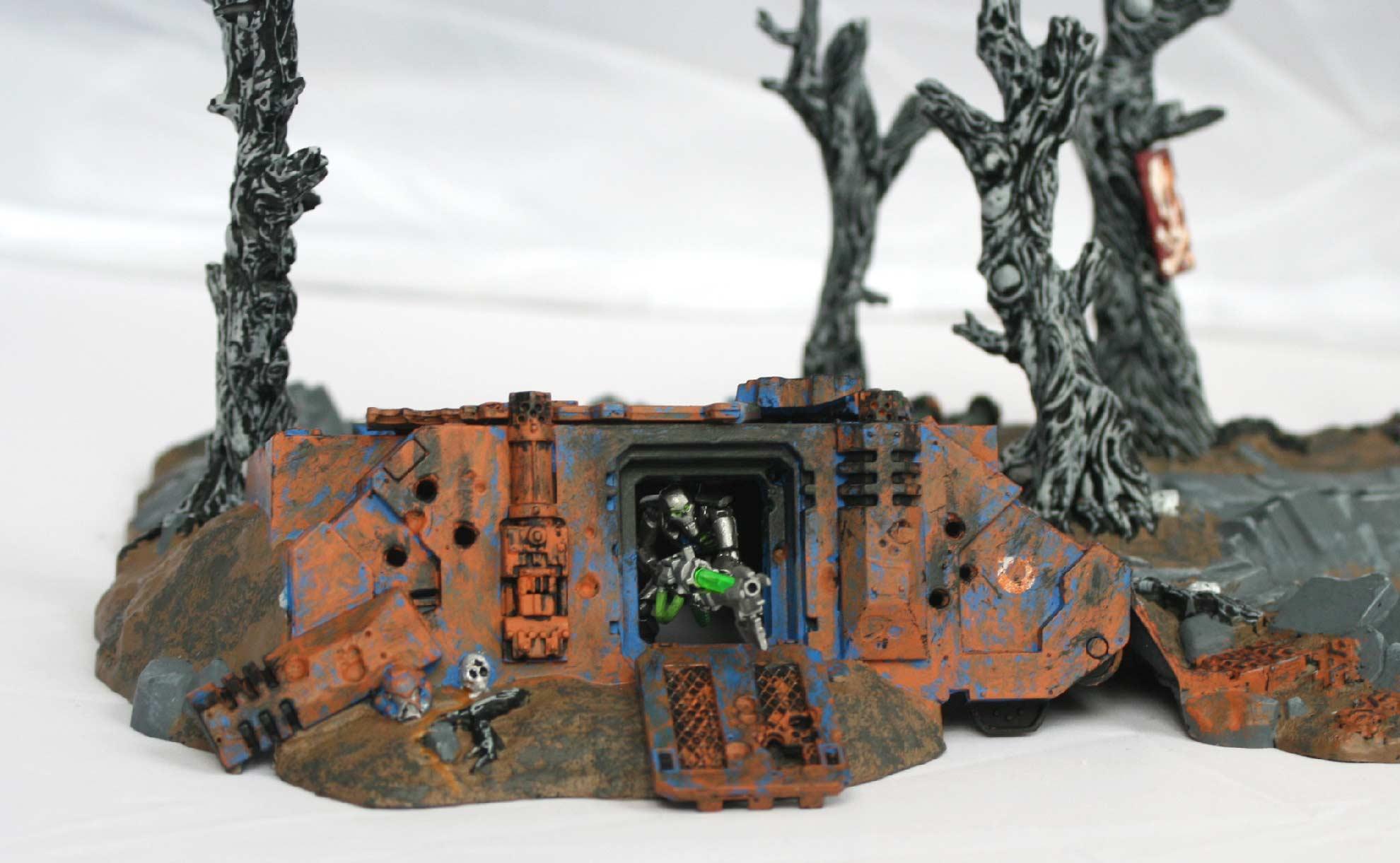 Même les nécrons trouvent leur place dans cette épave de tank