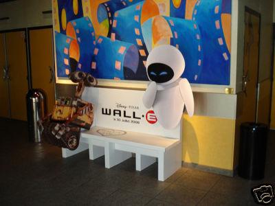 Présentoir publicitaire Wall-E qui fait banc pour s'assoir.taille 1,70 m destiné aux cinéma