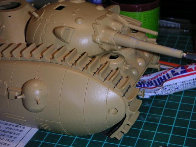 On remarque que la version 2 a remplacé les fragiles mitraillettes par des canons creux. Cela ne respecte pas le design des aquarelles de Miyazaki, mais c'est moins fragile.