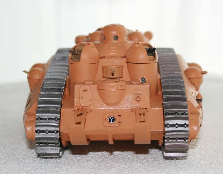 on remarque que l'une des tourelles arrière a été modifiée, pour remplacer les trois mitraillettes par deux canons louds