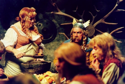 Le chef du village (Michel Galabru) mange en compagnie de ses amis gaulois