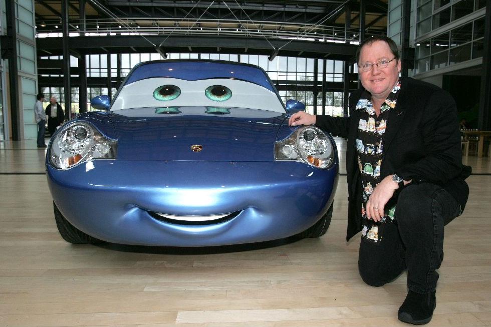 John Lasseter et le personnage de Sally issue du film Cars de Pixar sur lequel il fut réalisateur en 2006